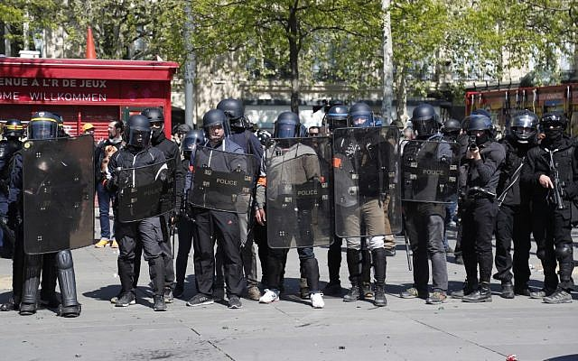 Anti-riot policemen face protesters at the Place de la Republique during an anti-government demonstration called by the 'Yellow Vests' (gilets jaunes) movement for the 23rd consecutive Saturday, on April 20, 2019 in Paris. (Zakaria ABDELKAFI / AFP)