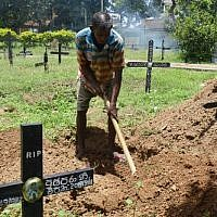 Cemetery worker Piyasri Gunasena digs a grave at Madampitiya cemetery in Colombo on April 23, 2019. ( LAKRUWAN WANNIARACHCHI / AFP)