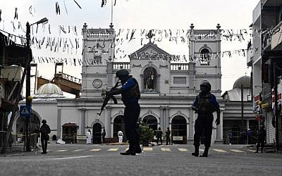 Security personnel stand guard in front of St. Anthony's Shrine in Colombo on April 23, 2019, two days after a series of bomb blasts targeting churches and luxury hotels in Sri Lanka. (Jewel SAMAD / AFP)