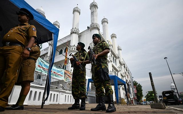 Soldiers stand guard outside a mosque ahead of the Friday noon prayers in Colombo, Sri Lanka, on April 26, 2019. (AFP/Jewel Samad)