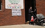 A sign warns people of measles in the ultra-Orthodox Jewish community in Williamsburg on April 10, 2019 in New York City. (Spencer Platt/Getty Images/AFP)