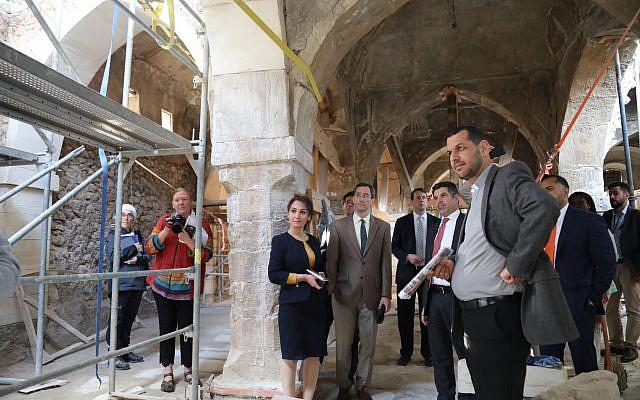 Ο Αμερικανός Chargé d'Affaires στο Ιράκ Joey Hood (c) περιηγείται στον τάφο του Nahum στο βόρειο Ιράκ στις 26 Απριλίου 2019, όπου δεσμεύτηκε $ 500.000 για την αποκατάσταση και διατήρηση του χώρου (ευγενική παραγγελία / γενικό προξενείο των ΗΠΑ στο Erbil)