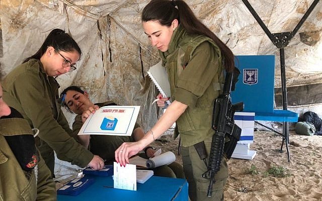 Soldiers cast their ballots on April 9, 2019 (Israel Defense Forces)