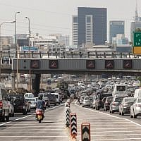 Heavy traffic on the Ayalon Highway in Tel Aviv. June 28, 2012. (Uri Lenz/FLASH90)