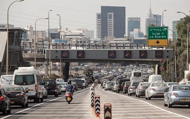 Heavy traffic on the Ayalon Highway in Tel Aviv. June 28, 2012. (Uri Lenz/FLASH90)