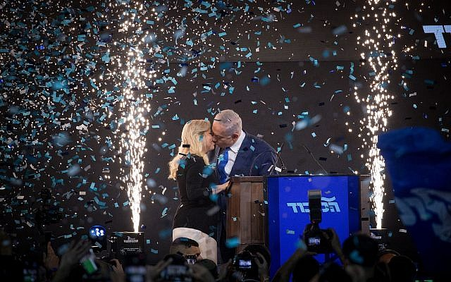 Prime Minister Benjamin Netanyahu kisses his wife Sara before addressing Likud supporters as the the results of the Israeli general elections are announced, at the party headquarters in Tel Aviv, in the early hours of April 10, 2019. (Yonatan Sindel/FLASH90)