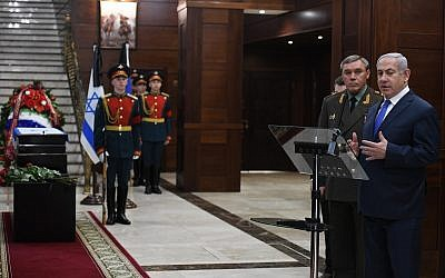 Prime Minister Benjamin Netanyahu (right) and Russian Chief of the General Staff Valery Gerasimov at an official ceremony, April 4, 2019, at which Israel received the remains of IDF soldier Zachary Baumel's personal effects. (Kobi Gideon / GPO)