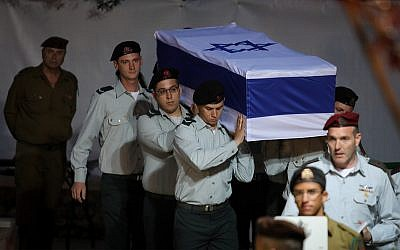 Israeli soldiers carry the coffin of Zachary Baumel at the Mount Herzl Military cemetery in Jerusalem on April 4, 2019. (Hadas Parush/Flash90)