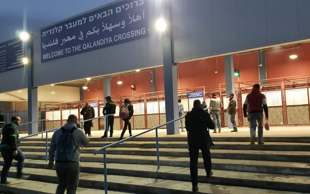 Palestinian workers stream into the Qalandiya checkpoint in northern Jerusalem on April 16, 2019. (Adam Rasgon/Times of Israel)