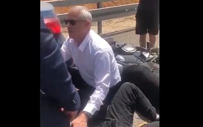 Blue and White leader Benny Gantz helps a motorcyclist who involved in a crash, April 9, 2019 (Screen grab via Twitter)
