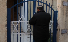 The late Rabbi Achiad Ettinger seen at the gate of Oz V'emuna hesder yeshiva in Tel Aviv, in 2017 (YouTube screenshot)