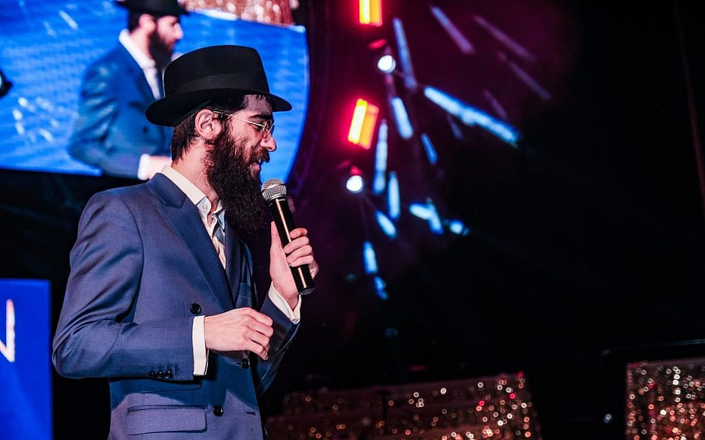 Singer Eli Marcus onstage at the 5th annual Chidon Sefer Hamitzvos Girls' Tournament in Newark, New Jersey, March 31, 2019. (Courtesy Chabad/Sholem Photography)