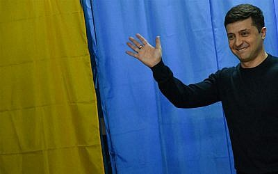 Ukrainian comic actor, showman and presidential candidate Volodymyr Zelensky waves in front of voting booths at a polling station during Ukraine's presidential election in Kiev on March 31, 2019.  (Genya Savilov/AFP)