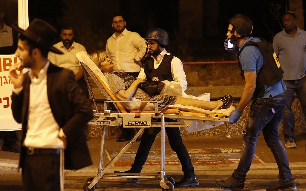 Israeli emergency personnel evacuate a wounded woman from the site of rocket attack in the southern town of Ashdod on May 5, 2019. (Ahmad GHARABLI / AFP)