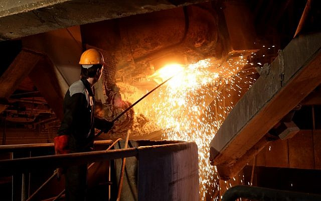 An employee works at the Iran Alloy Steel Company's plant in the central Iranian city of Yazd, on April 6, 2015. (Atta KENARE/ AFP/ File)