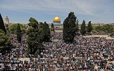Palestinian Muslim worshipers pray in the Al-Aqsa Mosque compound at Jerusalem's Temple Mount on May 10, 2019 on the first Friday prayers of the holy fasting month of Ramadan. (Ahmad GHARABLI / AFP)