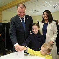 Lithuanian presidential candidate Prime Minister Saulius Skvernelis, his wife Silvija Skverneliene and their children cast a ballot during the presidential election in Vilnius on May 12, 2019.  (Photo by Petras Malukas / AFP)