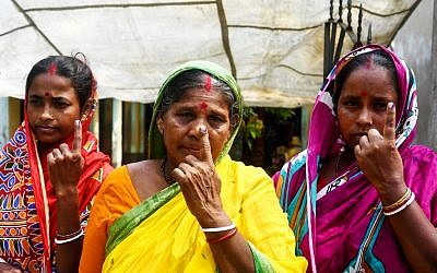 Indian voters show their ink-marked fingers after casting their vote in the Ghoramara island around 110 km south of Kolkata on May 19, 2019, during the 7th and final phase of India's general election. (DIBYANGSHU SARKAR / AFP)