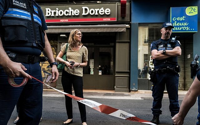 Police officers set a perimeter in front a 'Brioche doree' bakery before French Mayor of Lyon's visit on May 25, 2019 the day after a suspected package bomb blast along a pedestrian street in the heart of Lyon, France (JEFF PACHOUD / AFP)