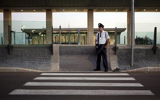 Illustrative - a member of the Knesset security guard detail at the entrance to the Israeli parliament, October 12, 2009. (Matanya Tausig/Flash90)
