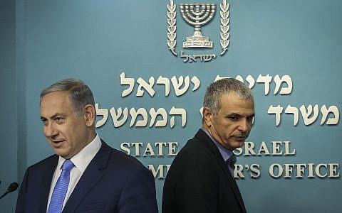 Prime Minister Benjamin Netanyahu (left) and Finance Minister Moshe Kahlon deliver a joint statement to the press about a new tax reduction, at the Prime Minister's Office in Jerusalem on September 3, 2015. (Hadas Parush/Flash90)