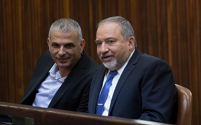 Finance Minister Moshe Kahlon, left, speaks with Yisrael Beytenu leader Avigdor Liberman in the Knesset, November 18, 2015. (Yonatan Sindel/Flash90)