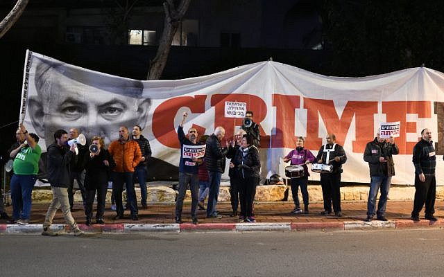 File: Israeli activists protest against Prime Minister Benjamin Netanyahu outside a Likud party conference in Ramat Gan, March 4, 2019. (Gili Yaari/Flash90)