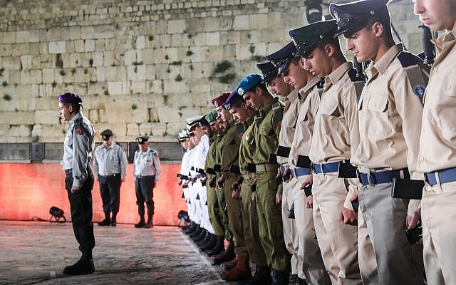 IDF soldiers stand still as the memorial siren sounds during the ceremony marking Memorial Day for Israel's fallen soldiers and victims of terror, at the Western Wall in Jerusalem's Old City, on May 7, 2019. (Noam Revkin Fenton/Flash90)