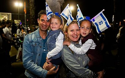 People celebrate Israel's 71st Independence Day in Netanya on May 8, 2019. (Flash90)