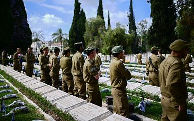 Israeli soldiers participate an official Memorial Day ceremony in Nahalat Yitshak Cemetery cemetery, Tel Aviv on May 8, 2019. (Tomer Neuberg/FLASH90)