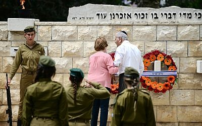 Israeli soldiers participate in an official Memorial Day ceremony in the Nahalat Yitshak Cemetery, Tel Aviv on May 8, 2019. (Tomer Neuberg/FLASH90
