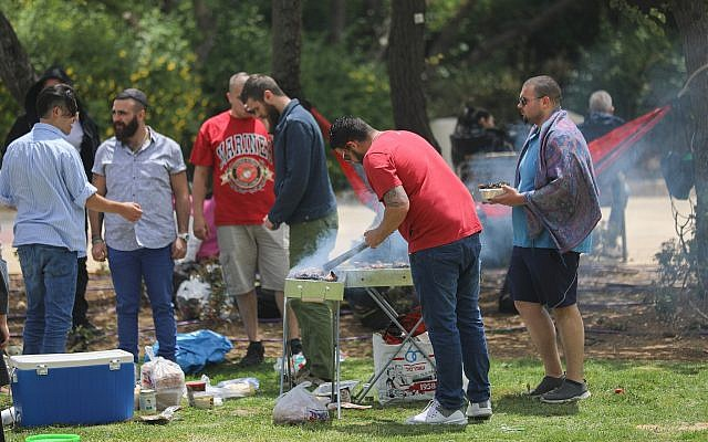 Israelis barbecue in Jerusalem as Israel celebrates its 71st Independence Day on May 9, 2019. (Yonatan Sindel/Flash90)