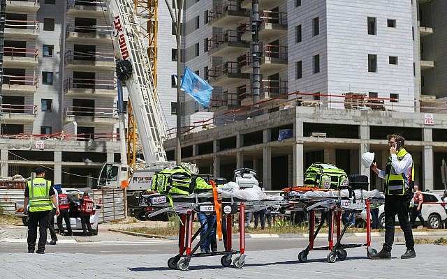 The scene where a crane collapsed at a construction site in Yavneh, killing four people and injuring two more, May 19, 2019. (Flash90)