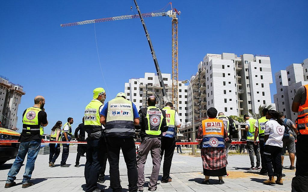 The scene where a crane collapsed at a construction site in Yavne, killing four people and injuring one more, May 19, 2019. (Flash90)