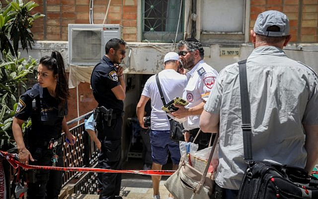 Police and medical responders at the scene of a suspected murder after a 60-year-old man was found dead at an apartment building in Jerusalem, May 21, 2019. (Noam Revkin Fenton/Flash90)