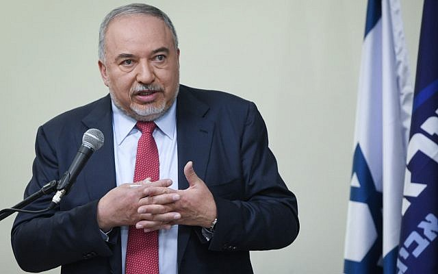 Yisrael Beytenu party leader Avigdor Liberman holds a press conference in Tel Aviv on May 30, 2019. (Flash90)