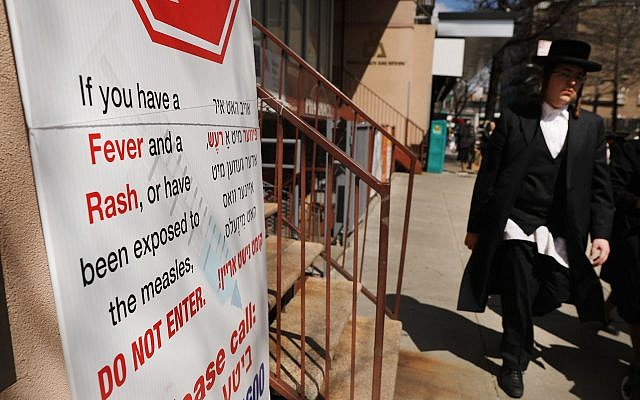 A sign warns people of measles in the ultra-Orthodox Jewish community in Williamsburg, on April 10, 2019, in Brooklyn, New York.  (Spencer Platt/Getty Images)
