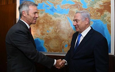Eric Bacos, left, son of Air France pilot Michel Bacos who remained with his passengers when they were hijacked and held captive at Entebbe in 1976, meets with Prime Minister Benjamin Netanyahu in Jerusalem, May 23, 2019. (Haim Tsach/GPO)