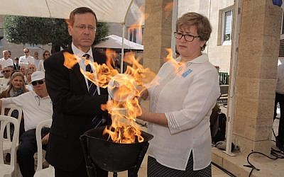 Marnie Fienberg, the daughter-in-law of Joyce Fienberg, who was murdered in the Pittsburgh synagogue attack, lights a memorial torch together with chairman of The Jewish Agency for Israel Isaac Herzog (Noam Sharon)