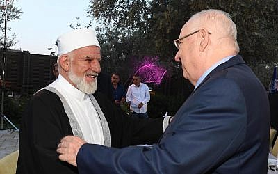 President Reuven Rivlin (right) with an Arab leader at an Iftar dinner, May 28, 2019 (Mark Neiman/GPO)