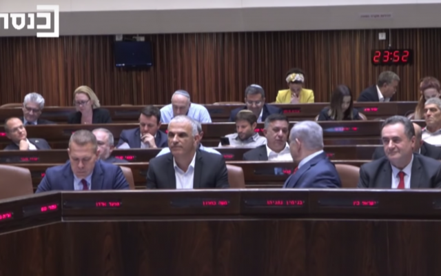 Prime Minister Benjamin Netanyahu turns to speak to Labor party leader Avi Gabbay in the course of the Knesset vote to disperse and hold new elections, late on May 29, 2019 (Ynet screenshot)