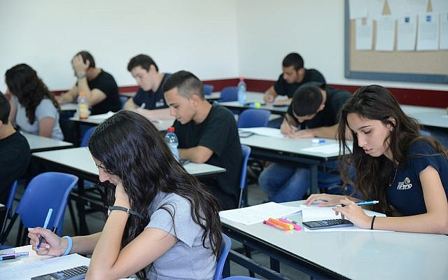 Illustrative: high school students in Holon, central Israel, May 21, 2013. (Yossi Zeliger/Flash90)