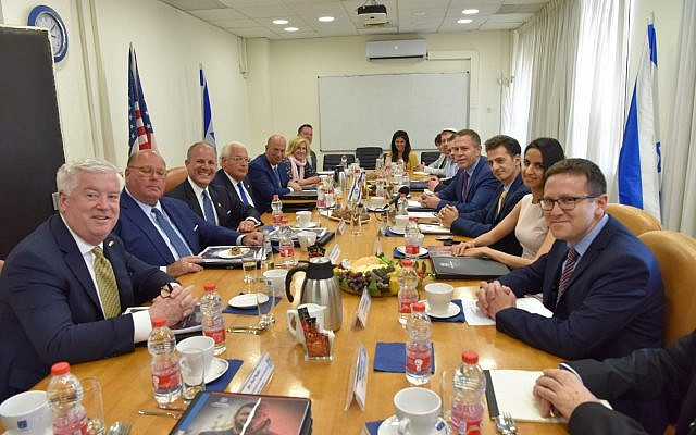Minister Gilad Erdan briefing US officials in Jerusalem, May 5, 2019 (courtesy)