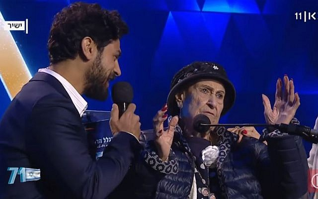 Host Aviv Alush, left, and torch-lighter Marie Nahmias, 93, at Israel's 71st Independence Day ceremony in Jerusalem, May 8, 2019. (Kan screen capture)