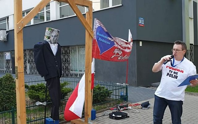 Polish activist Sławomir Dul hangs an effigy of late communist politician Jakub Berman, captioned 'Jew,' in Lodz on April 30. 2019 (Screencapture/Youtube)