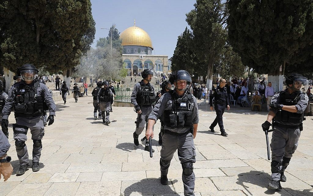 Police officer lightly hurt in Temple Mount stabbing
