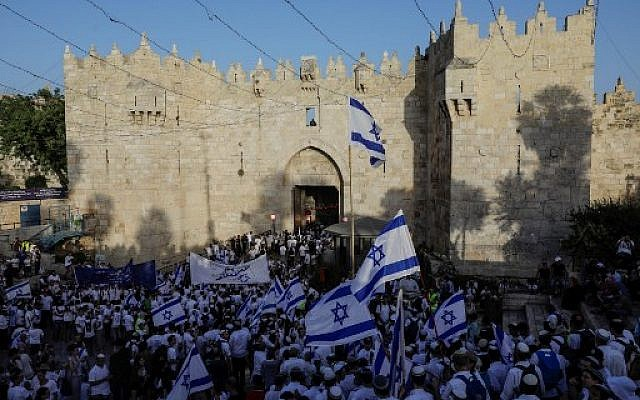 Israelis gather at the Old City's Damascus gate in Jerusalem on June 2, 2019 to celebrate Jerusalem Day (MENAHEM KAHANA / AFP)