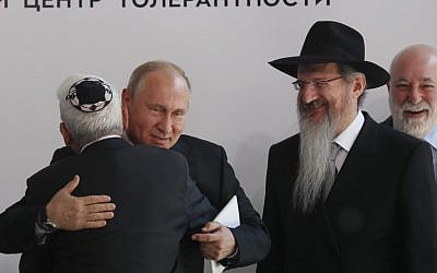 Russian President Vladimir Putin (2L), businessman Viktor Vekselberg (R) and Chief Rabbi of Russia Berel Lazar (2R) attend a ceremony unveiling the memorial to members of the Jewish resistance in Nazi concentration camps during World War II, at the Jewish Museum and Tolerance Center in Moscow on June 4, 2019. (Sergei Ilnitsky/Pool/AFP)