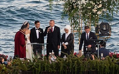 Arsenal's German midfielder Mesut Ozil, third from left, and his fiancée Amine Gulse, second from left, stand next to Turkish President Recep Tayyip Erdogan, center, and his wife Emine Erdoga. second from right, during their wedding ceremony at the Four Seasons Bosphorus Hotel in Istanbul, Turkey, on June 7, 2019. (Yasin AKGUL / AFP)