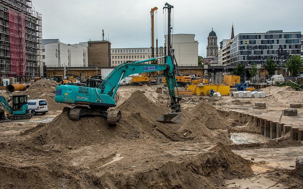Thousands evacuated in Berlin after WWII bomb found
